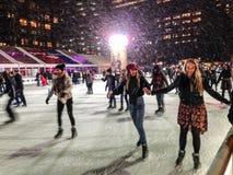 Het schaatsen in de sneeuw Stock Foto's