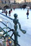 Het schaatsen over de het Nederlands bevroren kanalen van Amsterdam Royalty-vrije Stock Afbeeldingen