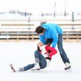 Het schaatsen van het ijs de pret van de paarwinter Stock Afbeelding