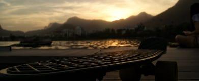 Het schaatsen in zonsopgang Stock Afbeeldingen