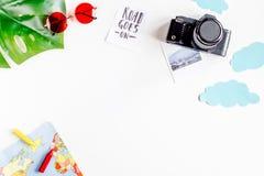 Het schaven reis met kind met van de achtergrond fotocamera witte hoogste meningsruimte voor tekst Stock Fotografie