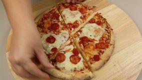 Het scheiden van Pizzastukken stock videobeelden