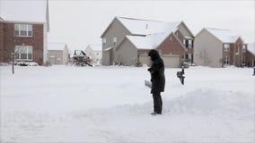 Het scheppen van sneeuw stock videobeelden