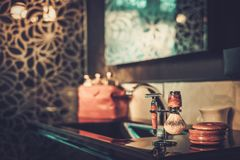 Het scheren van toebehoren in een binnenland van de luxebadkamers Royalty-vrije Stock Foto's