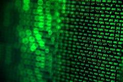 Het scherm met crypto muntcode, groene digitals Stock Foto's