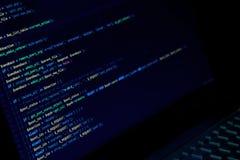 Het scherm met crypto muntcode, groene digitals Stock Afbeelding