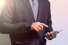 Het scherm slimme telefoon van de zakenmanaanraking Royalty-vrije Stock Afbeeldingen