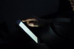 Het scherm van aanrakingsstootkussen en mannelijke hand Stock Foto
