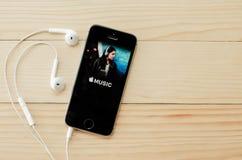 Het scherm van Apple-muziek wordt geschoten die Royalty-vrije Stock Foto's