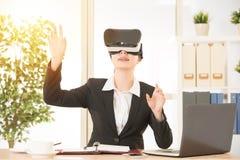 Het scherm van de bedrijfsvrouwenaanraking door virtuele werkelijkheid Stock Foto
