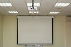 Het scherm van de projectie in de bestuurskamer met overheadprojector