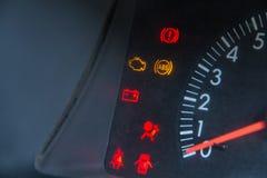 Het schermvertoning van de waarschuwingslicht van de autostatus op dashboardpaneel sy stock fotografie