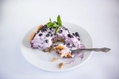 Het scherpe de cakevoedsel van de fruitbosbes verfraaien eet royalty-vrije stock fotografie