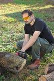 Het scherpe hout van de mens Stock Foto's