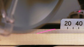 Het scherpe hout van de mijterzaag stock videobeelden
