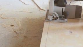 Het scherpe houten fornuis van de machtszaag stock videobeelden