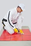 Het scherpe hulpmiddel maakt tegelverbindingen schoon Stock Foto
