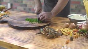 Het scherpe ingrediënt van de chef-kokkok voor Italiaanse deegwaren met verse zeevruchten Verse krab voor Italiaanse deegwaren in stock videobeelden