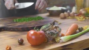 Het scherpe ingrediënt van de chef-kokkok voor het voorbereiden van zeevruchten in het Italiaans restaurant Kok die levende krab  stock videobeelden