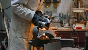 Het scherpe metaal van de arbeider met molen Vonkt terwijl het malen van ijzer stock footage