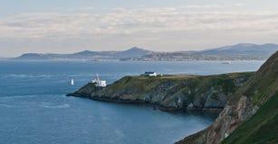 Het schiereilandvuurtoren van Howth en de baai van Dublin Stock Afbeeldingen