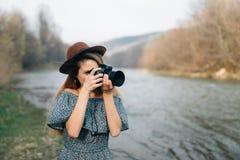 Het schieten in openlucht door de rivier royalty-vrije stock foto
