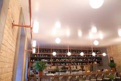 Het schieten van Binnenland en bar hipster in koffie of restaurant royalty-vrije stock afbeelding