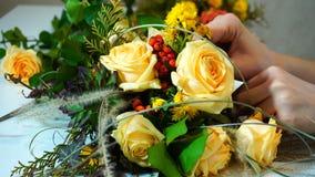Het schieten van close-up van proces van decoratie van bloemmeisje door FL stock afbeeldingen