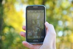 Het schieten van de herfst met smartphone Stock Foto