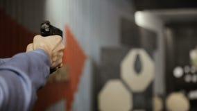 Het schieten van doelstellingen in een waaier stock footage