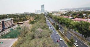 Het schieten van een hommel over de grote stad van Alma Ata stock videobeelden
