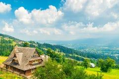 Het schieten van een hoogte - heuvels en huizen in Zakopane stock foto's