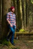 Het schieten van een houtvester met een bijl in het bos royalty-vrije stock foto's