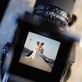 Het schieten van een huwelijk met een oldschoolcamera royalty-vrije stock afbeeldingen
