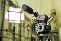 Het schieten van een rapport in het binnenland Videomateriaal: de camera, het kanon van de op-cameramicrofoon, leidde verlichting stock afbeeldingen