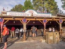 Het schieten van Expositie in Frontierland bij Disneyland Park stock afbeeldingen