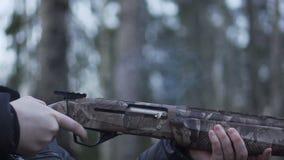 Het schieten van Jachtgeweer Langzame Motie stock videobeelden