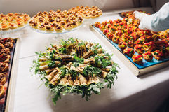 Het schikken van cateringsvoedsel Royalty-vrije Stock Fotografie