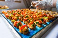 Het schikken van cateringsvoedsel Stock Afbeelding