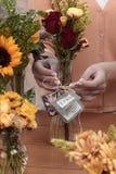 Het schikken van de bloemen Stock Foto's