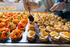 Het schikken van de specialiteiten van het cateringsvoedsel stock foto's