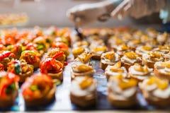 Het schikken van de specialiteiten van het cateringsvoedsel Royalty-vrije Stock Afbeeldingen