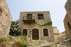 Het schilderachtige oude huis van de dubbeldekker scheve steen Stock Afbeeldingen