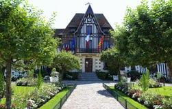 Het schilderachtige stadhuis van Deauville in Normandië, Frankrijk Royalty-vrije Stock Fotografie