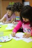 Het schilderen bij Kleuterschool Stock Foto's