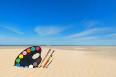 Het schilderen bij het strand Stock Foto's
