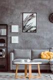 Het schilderen boven grijze sofa royalty-vrije stock foto's