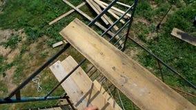 Het schilderen de werken van houten gebouwen bij een hoogte van zes meters stock video