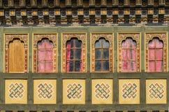Het schilderen en houten het werkvensters in Tashi Cho Dzong, Thimphu, Bhut Stock Foto's