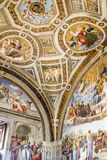 Het schilderen freskoplafonds in het Museum van Vatikaan stock foto's